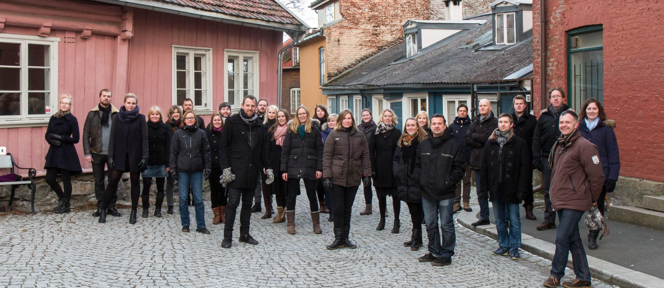 Oslo Voices oppstilt i trehusbebyggelse